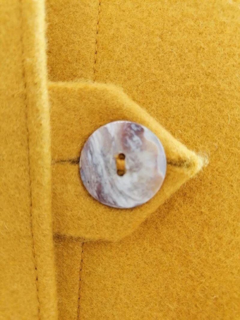 Casaco em burel com gola - amarelo - detalhe